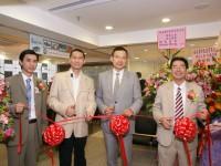 時任旅遊界立法會議員謝偉俊先生為銀禧主持總行擴充開幕典禮留影